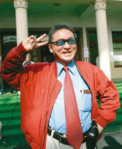 特立獨行的李敖,穿著「招牌」紅色夾克,在參選立委投票後比出勝利手勢。 圖/聯合報系資料照片
