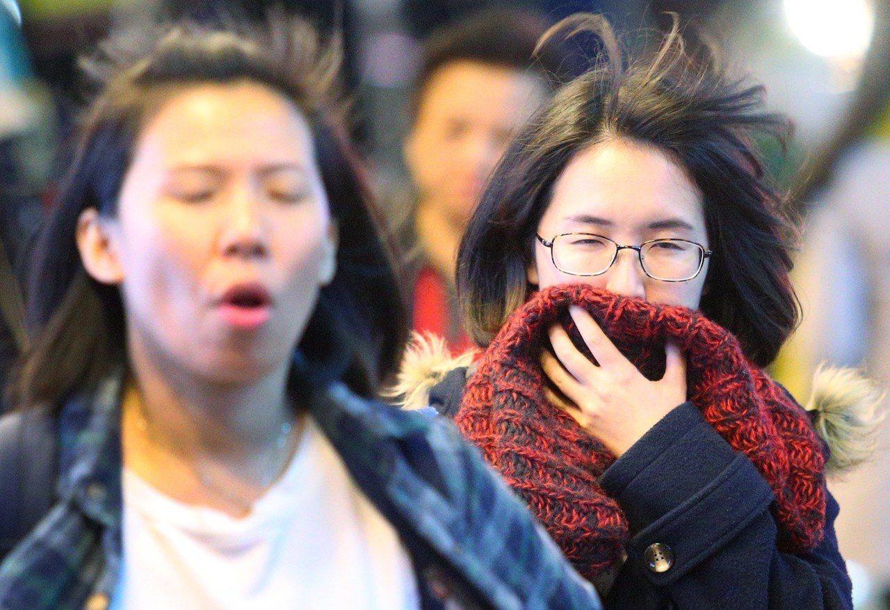 台北市外出的民眾穿著厚重的衣服、披著圍巾。本報資料照/記者陳正興攝影