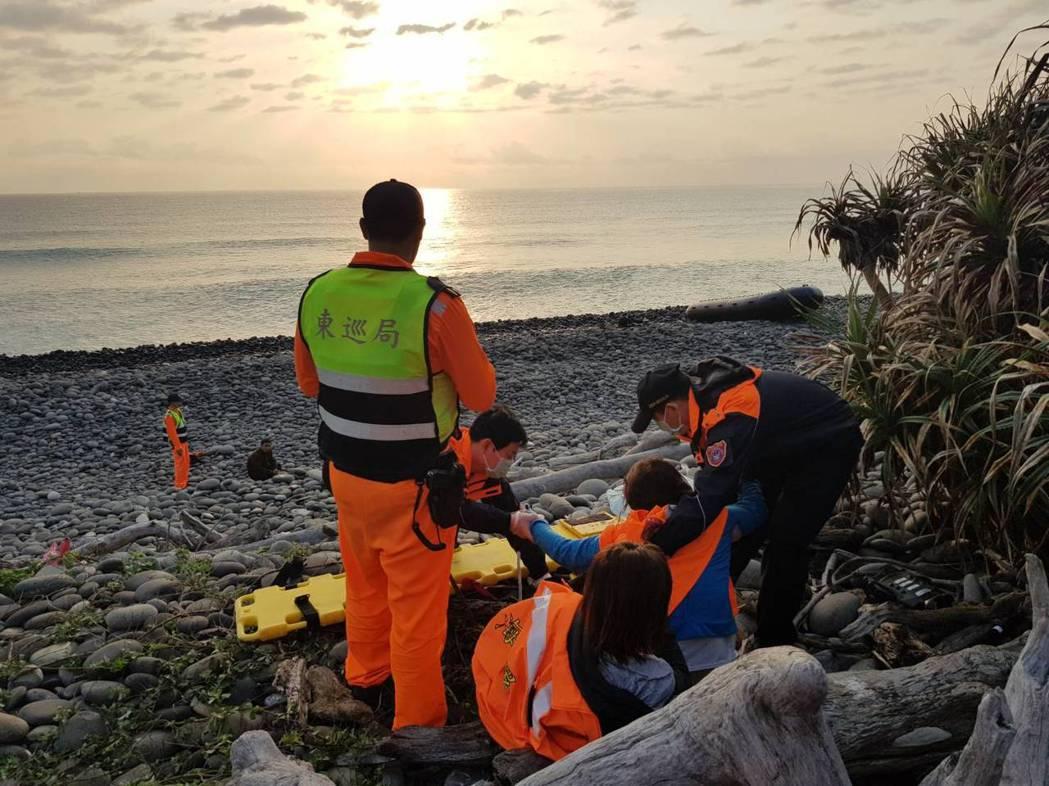 5名越南籍人士企圖從台東大武海邊偷渡上岸,未料橡皮艇遭大浪打翻落海,其中2名越南...