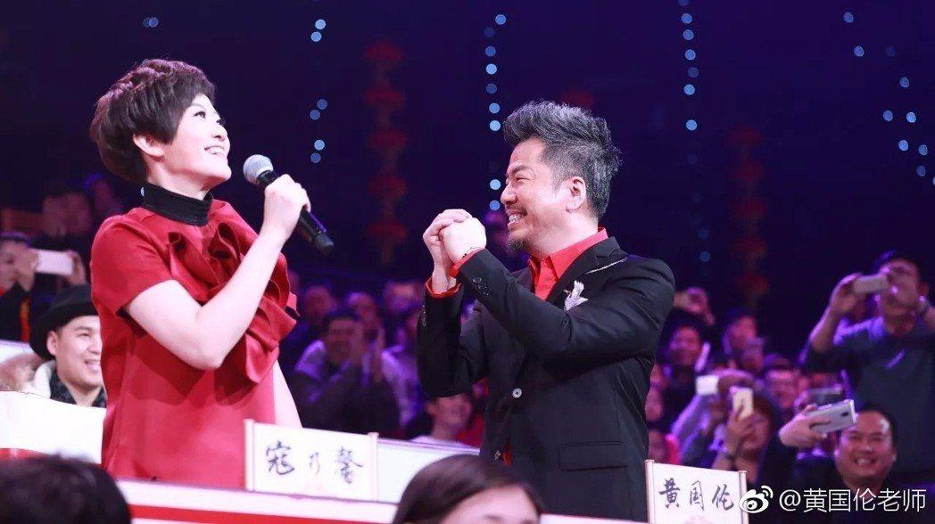 黃國倫與老婆寇乃馨。圖/擷自微博