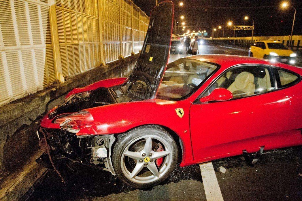 價值近千萬的法拉利360,疑似因車速過快,失控撞上高架橋護欄,導致車頭嚴重變形。...