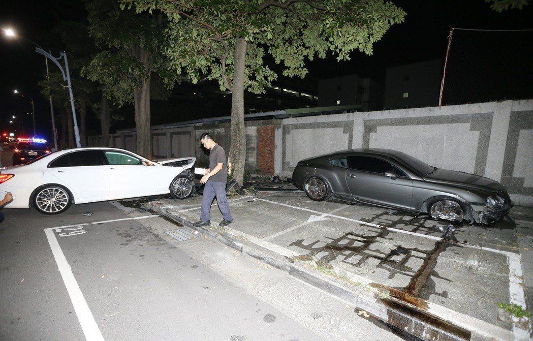 原本停在停車格裡的賓利(右)遭賓士(左)撞擊後移到人行道上。 圖/聯合報系資料照...