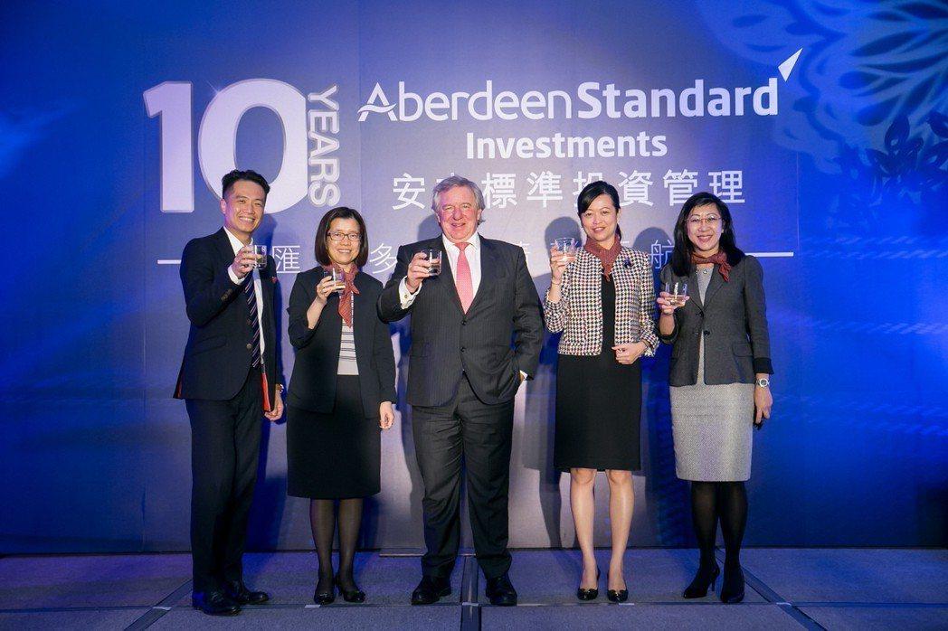 安本標準投信業務發展主管張曉峯(左起)、安本標準投信總經理馬文玲、標準人壽安本集...