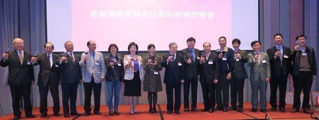 中華卓越經營協會會長張家宜(左六)與貴賓一同舉杯向會員、來賓祝賀新的一年再創新局...