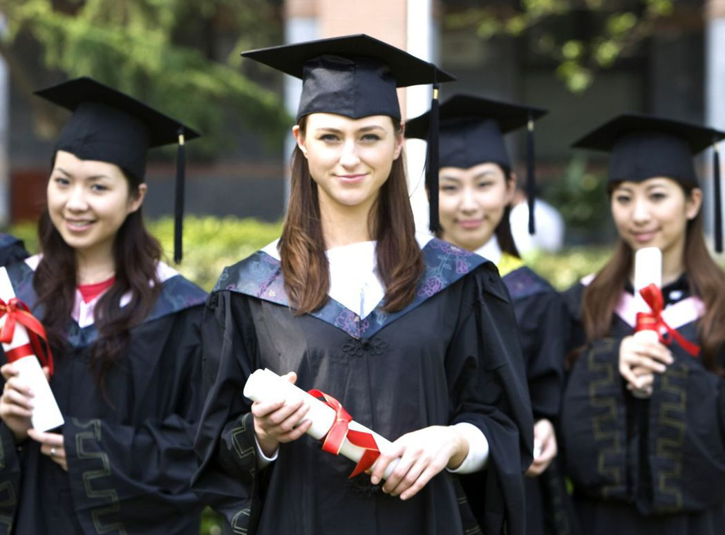 芬蘭阿爾托大學EMBA畢業生興奮合影 汎亞國際教育中心/提供