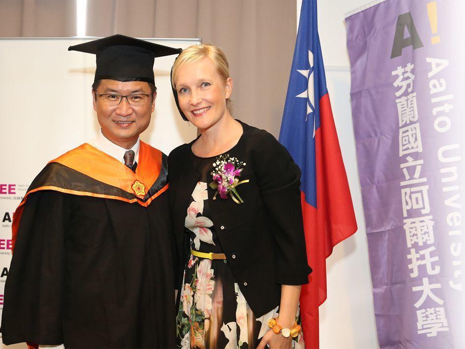 芬蘭阿爾托大學校方代表(右)與EMBA畢業生合照 汎亞國際教育中心/提供