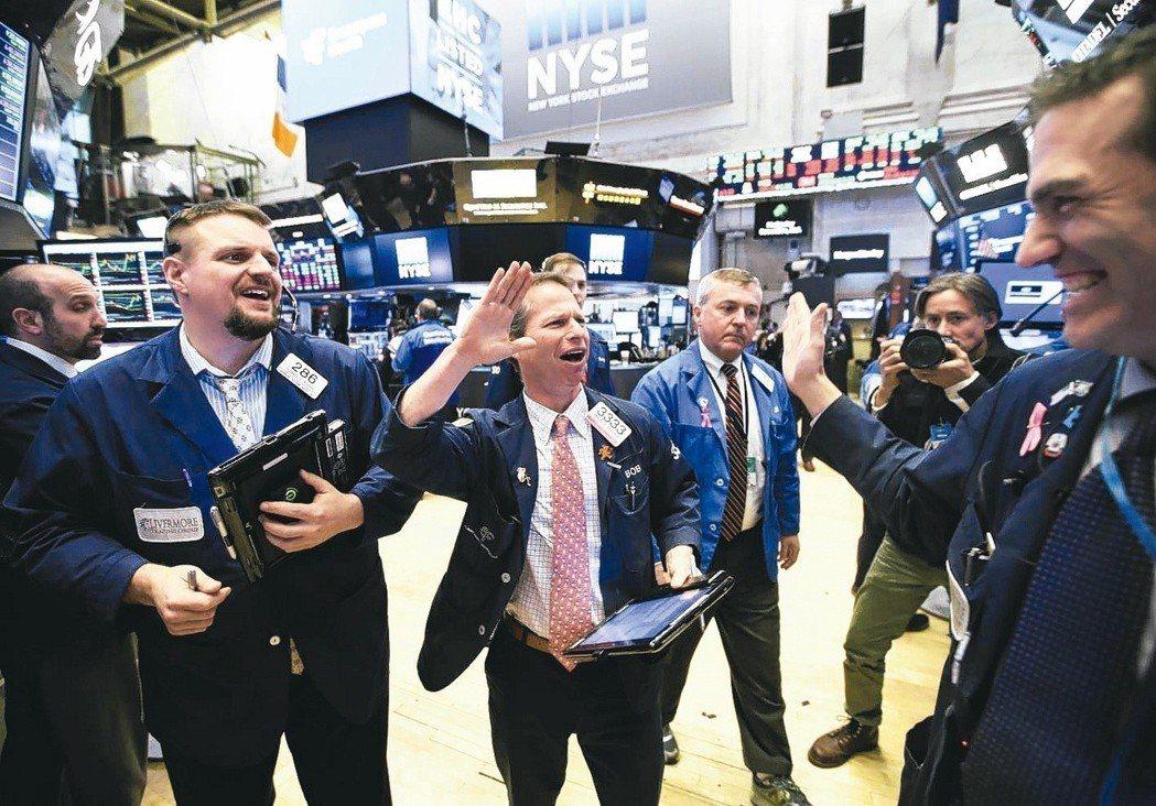 近期美股波動幅度大,期交所夜盤交易量大增。圖為美國紐約證券交易所,交易員慶祝當天...