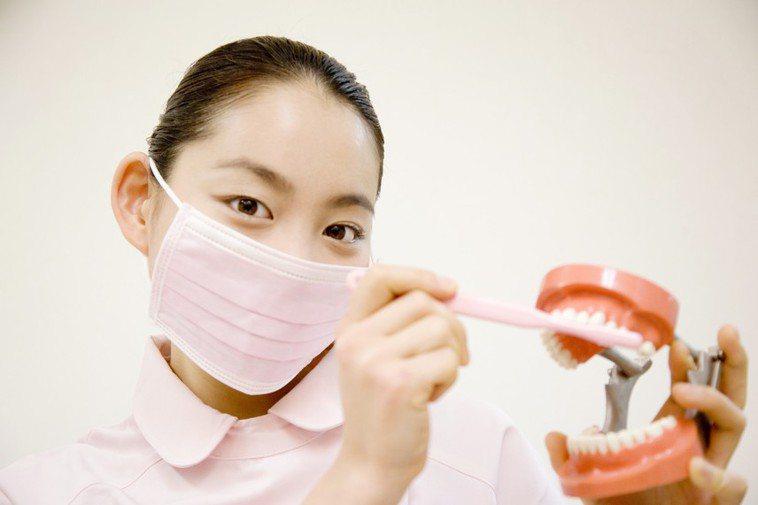 假牙清潔錠不可吞食。 情境示意圖。圖/Ingimage