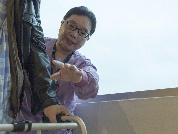 恩主公醫院照服員林彧奾,從兼差送便當的家庭主婦,投入醫院的「全責照護」行列已近7...