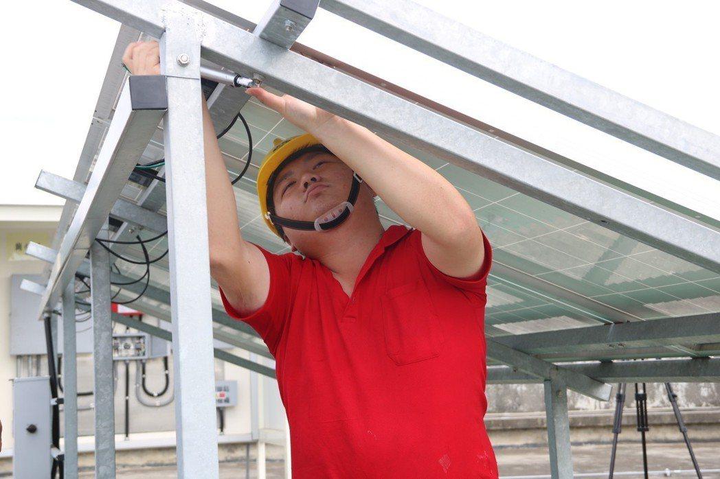 太陽能板安裝,使用壽命約20至25年 弘光科大/提供。