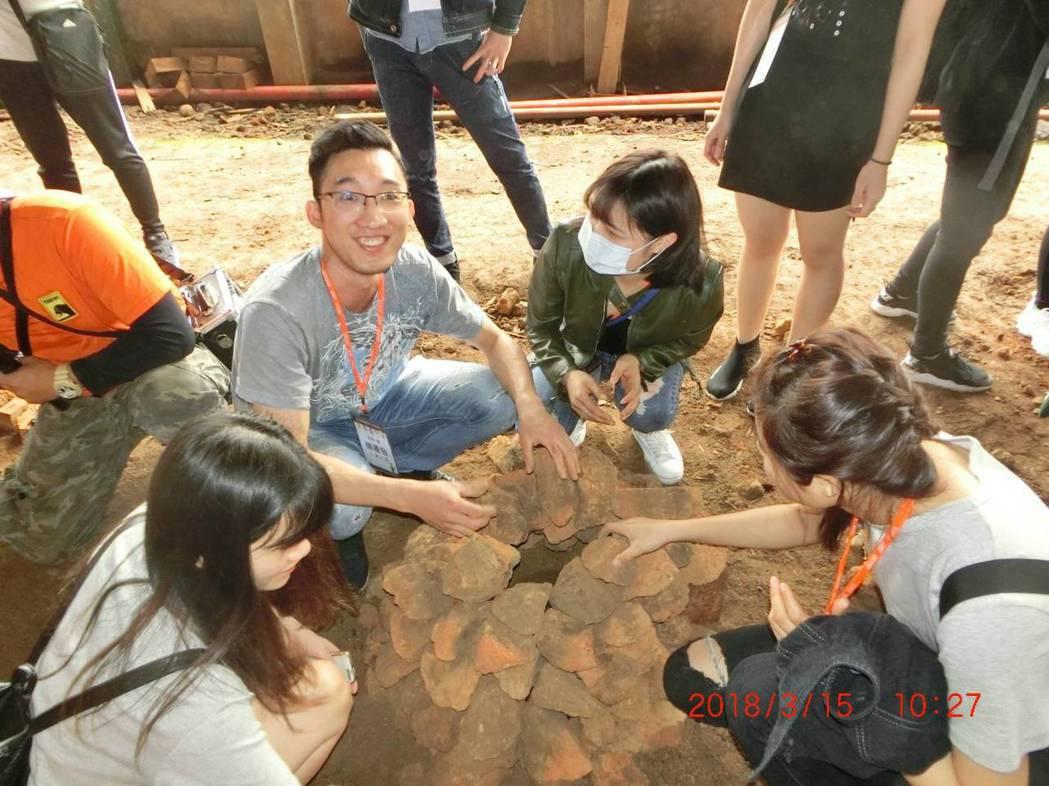 景文科大境外生體驗堆土窯的樂趣。