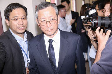 前北高行法官陳鴻斌涉嫌性騷助理,從免職改判罰款,司法院秘書長呂太郎(中)認為此判決不符社會期待。 圖/聯合報系資料照