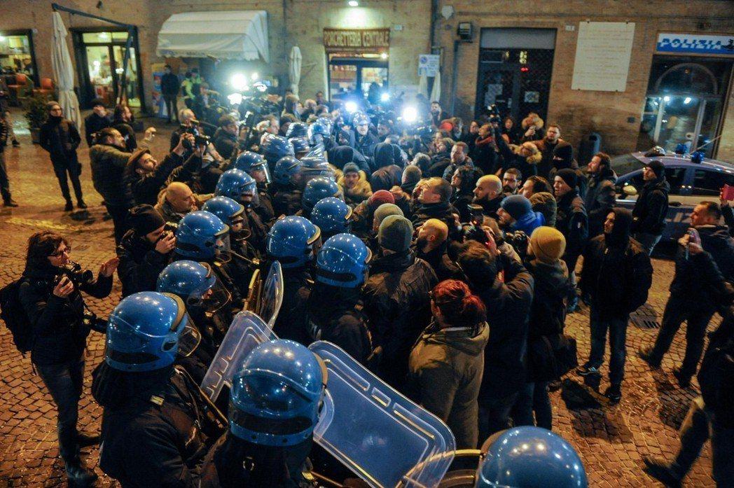 馬切拉塔事件與今年二月的移民槍擊案,嚴重撕裂了義大利的國內輿情。圖為「新力量」支...