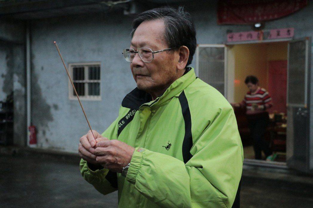 路祭發起人也是反對水庫開發案的耆老簡鶯高先生,誠心祈禱媽祖婆保佑魚行里世世代代安居樂業。 圖/作者自攝