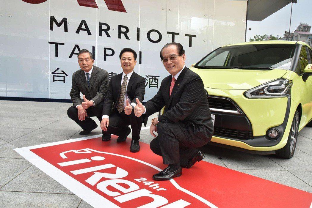 東南旅遊總經理李清松(左)與和運租車總經理謝富來(中)、台灣高鐵執行長鄭光遠(右)在iRent24小時自助租車前共同合影。 圖/和運租車提供