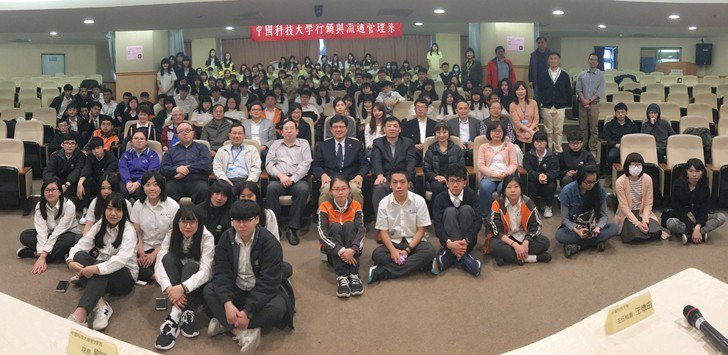 中國科大校長俞明德及教師團隊們,一同與參賽學生們合影。 校方/提供
