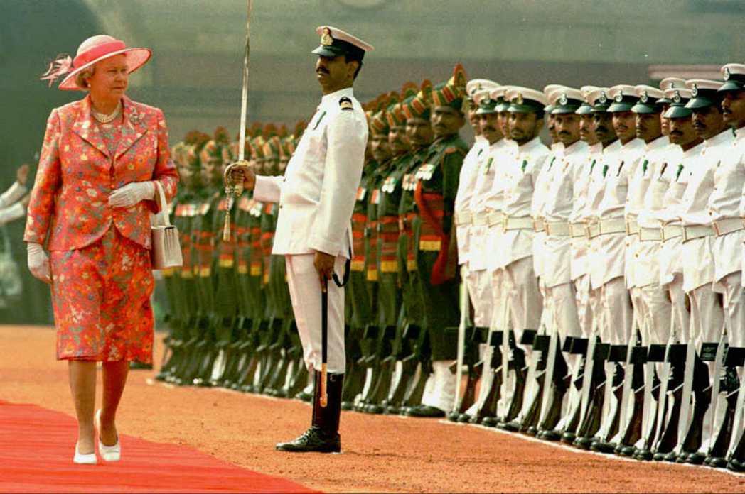 1997年10月,英國女王伊莉莎白二世抵達印度新德里,展開為期六天的視察。 圖/...