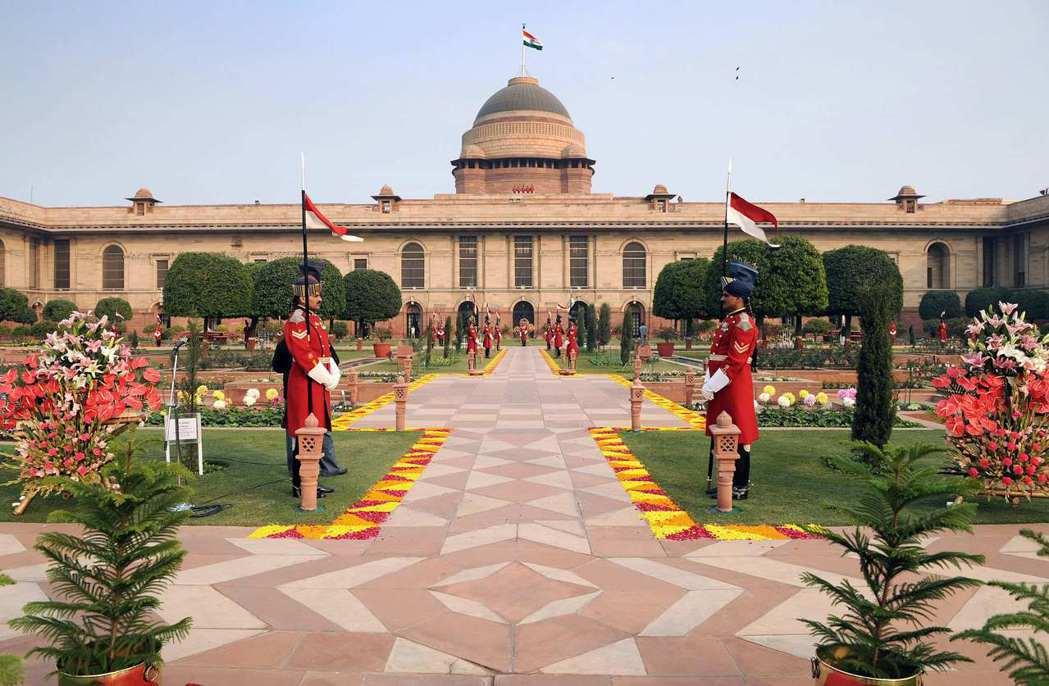 位於新德里的印度總統府,於殖民時代為英國駐印總督府,原名「維多利亞宮」。建築與花...