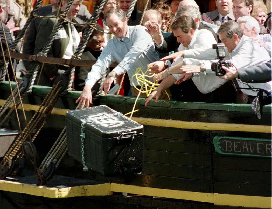 18世紀的「波士頓茶葉黨」事件,揭開後續一連串的美國獨立運動。圖為1977年,美...