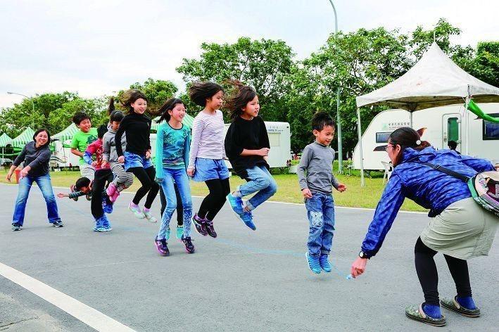 華中露營場有遼闊平坦的場地,可讓孩子們盡情奔跑遊玩。(攝影/楊智仁)