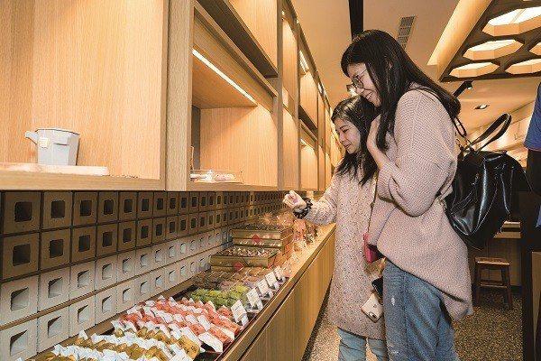 中式糕餅在產品式樣、口味、包裝上力求創新,成為許多觀光客必買的伴手禮。(攝影/劉...