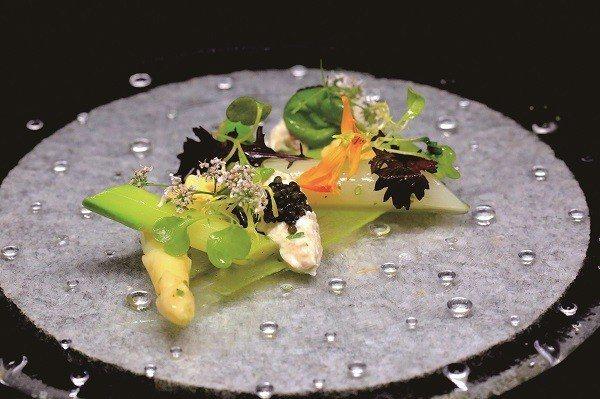 美食用花草加以點綴,以視覺豐富味覺感受。(圖/蘭ORCHID Restauran...