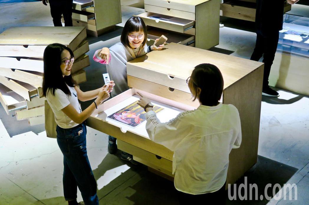 駁二「遺珠之憾」展場只有一座座抽屜櫃,觀眾要打開抽屜,才能看到設計師的原創作品。...