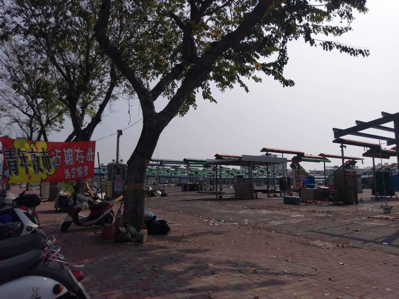 高雄鳳山青年夜市四月將搬到前鎮區凱旋現址,攤商已先掛出預告布條。記者謝梅芬/攝影