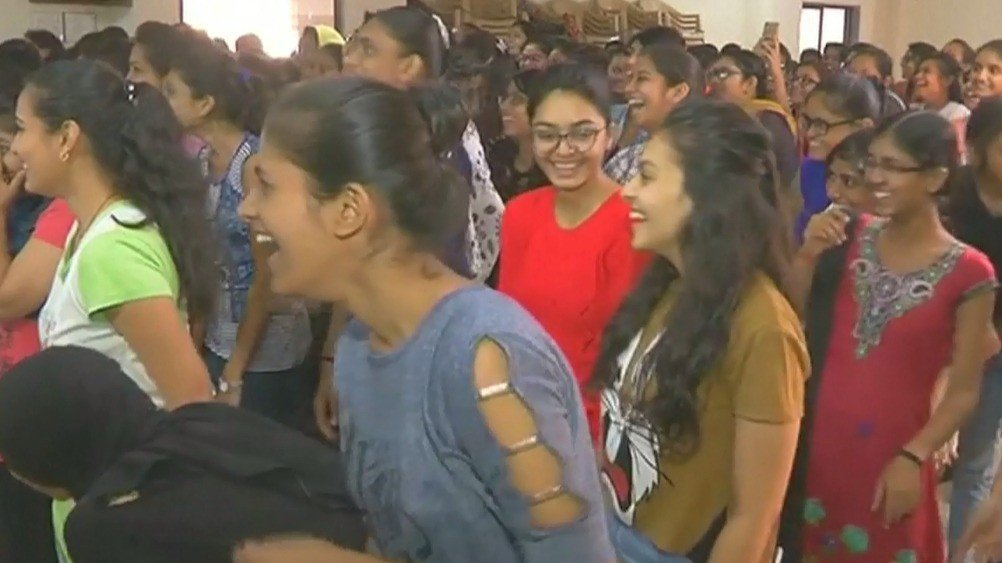 印度古吉拉特邦蘇拉特市的一個大笑瑜珈課學員,13日舉辦活動,慶祝世界第一個大笑瑜...