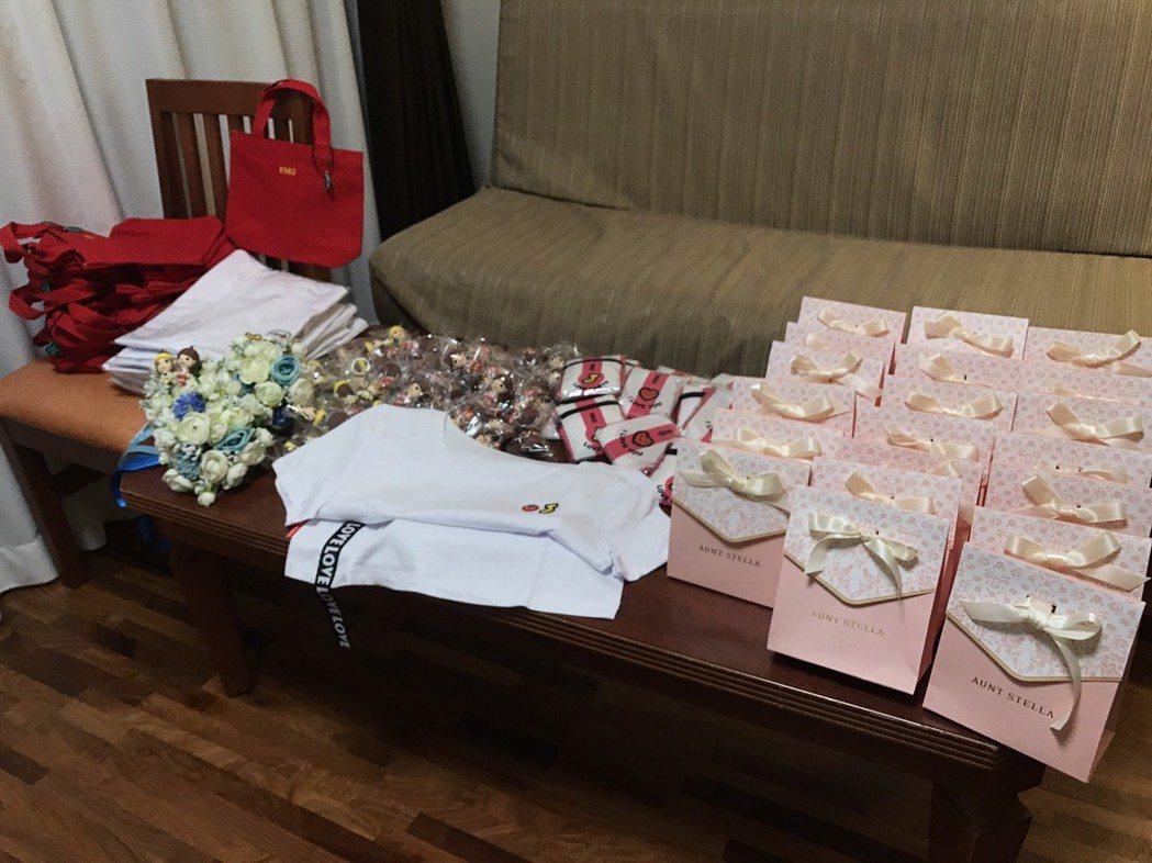 婚禮小物包括限量T恤和環保袋。圖/經紀人提供