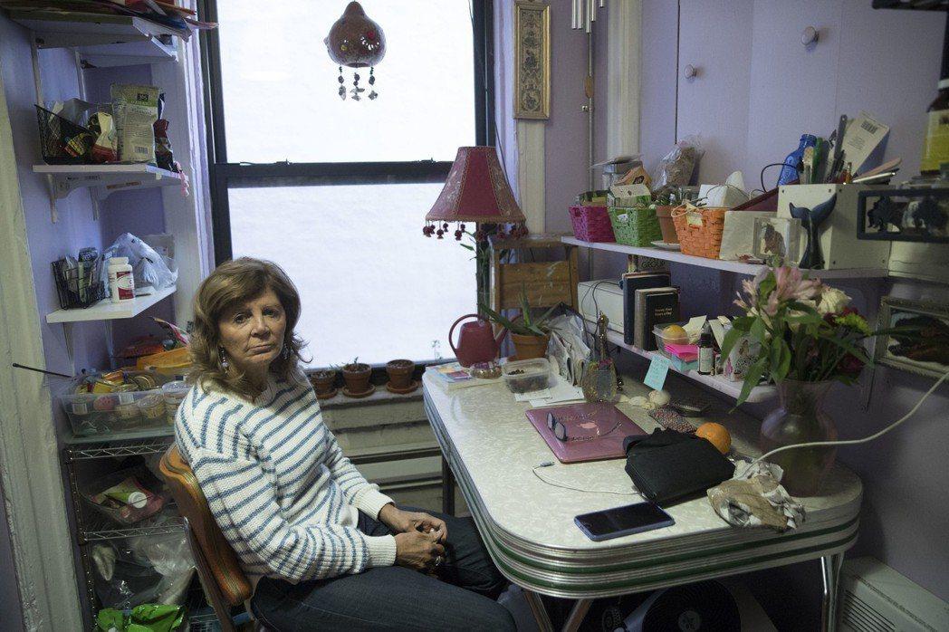 租客瑪麗安席威克坐在她承租的單位裡。美聯社