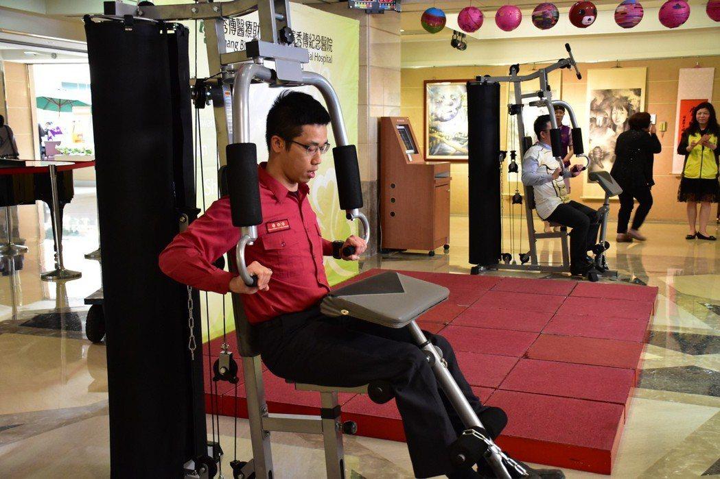 彰濱秀傳醫院今天捐贈九部多功能訓練機給鄰近九個消防分隊。記者林敬家/攝影