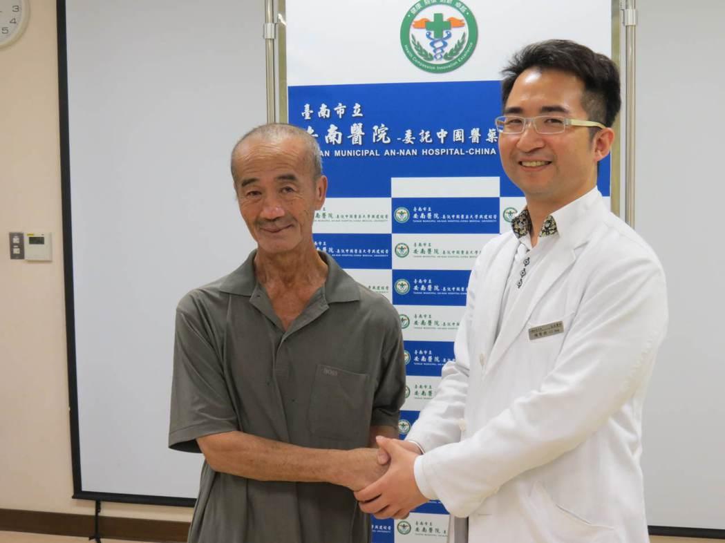 腹主動脈瘤破裂的林姓工人今到安南醫院感謝醫師楊智鈞救回一命。記者周宗禎/攝影