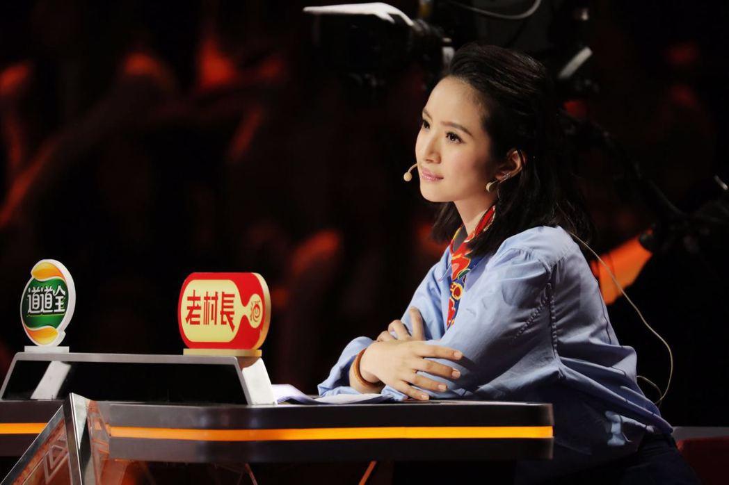 林依晨上「歡樂中國人」講故事。圖/周子娛樂提供