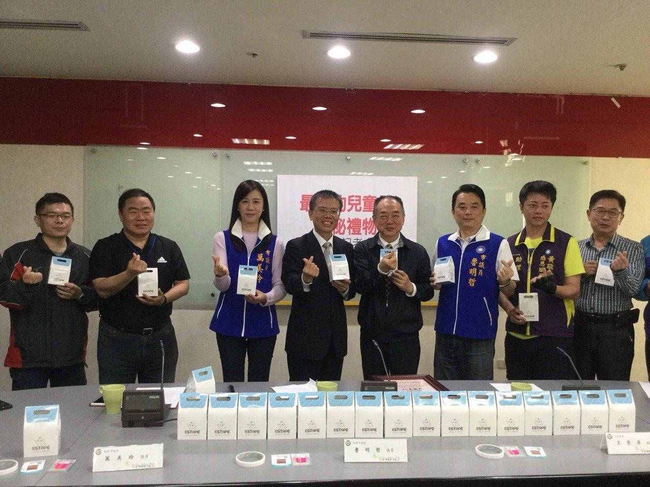 王佳膠帶董事長王崇庠(右4)今天捐贈13萬盒膠帶禮盒。圖/市府提供