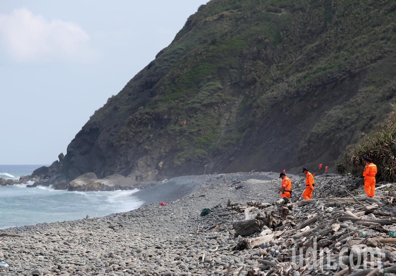 今天上午有多名越南偷渡客搭乘橡皮艇從台東南田海灘上岸時,被突來的大浪把所有人打落...
