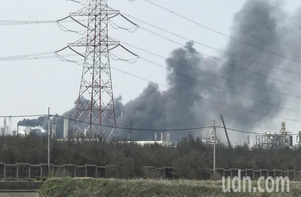 六輕廠區今天排放黑煙,遭環保局開罰百萬元。記者蔡維斌/翻攝