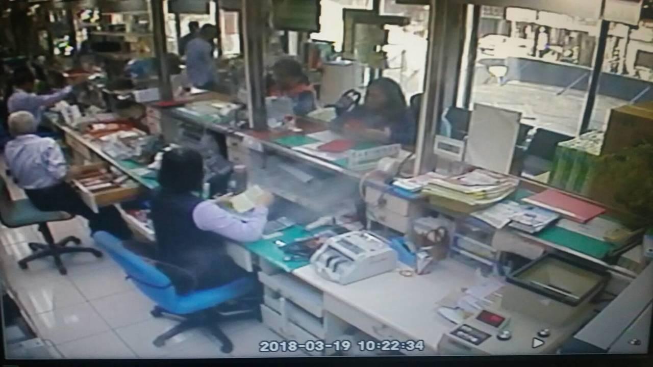 王姓婦人以為女兒被綁架,趕到郵局要匯錢救女兒,瑞芳警分局出動雙所長,跨轄即時攔截...