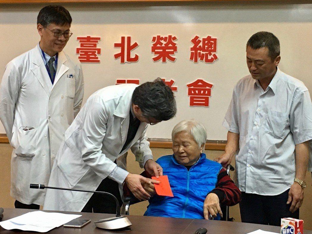 許老太太(右二)今出席記者會,感謝醫療團隊的付出,讓她順利出院。 記者鄧桂芬/攝...