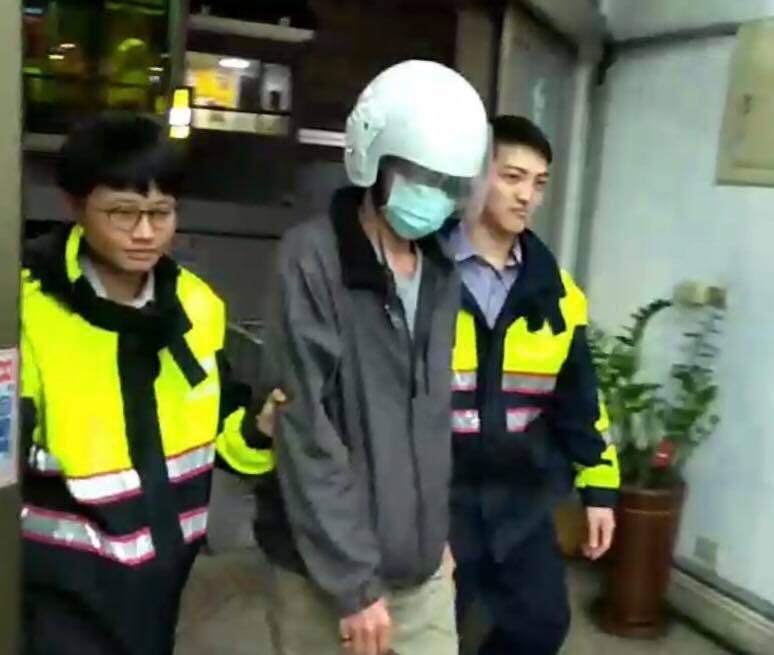 新竹市47歲蔣男身邊昨天帶著8歲兒子到經國路大菜市場,順手偷走掛在別人機車上價值...
