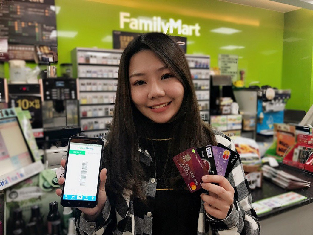 繼7-ELEVEN、萊爾富之後,全家便利商店也推出信用卡載具服務。圖/全家便利商...