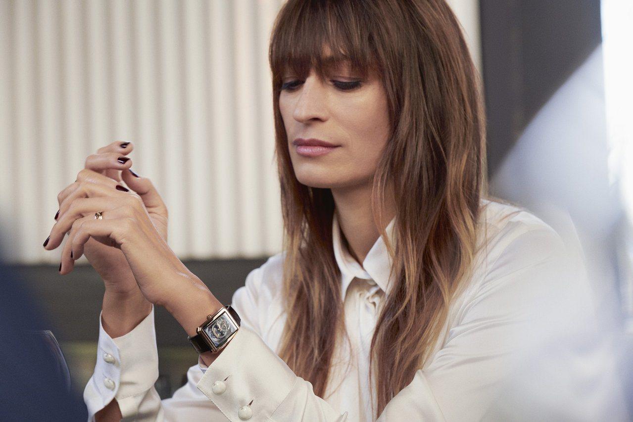 超模洛琳德麥格雷特演繹香奈兒搭載全新機芯的BOY∙FRIEND鏤空腕表。圖/Ch...