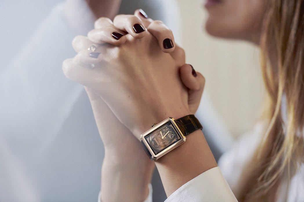 即使是日常搭配BOY∙FRIEND鏤空腕表,亦不會顯得突兀。圖/Chanel提供