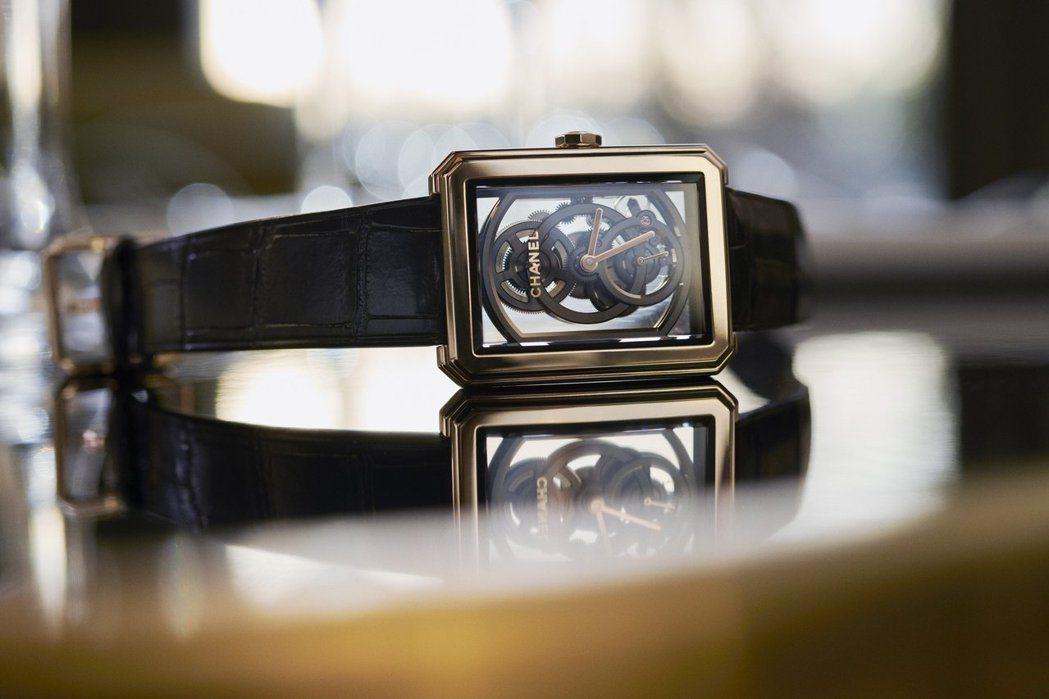香奈兒BOY∙FRIEND鏤空腕表,搭載品牌自製的第3只機芯。圖/Chanel提...
