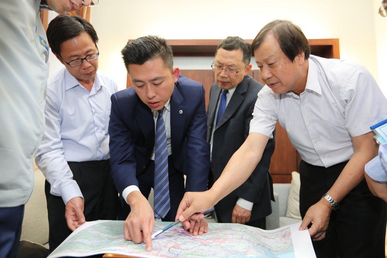 新竹市長林智堅(左二)向台灣自來水公司董事長郭俊銘(右二)提出民生用水來源全數改...