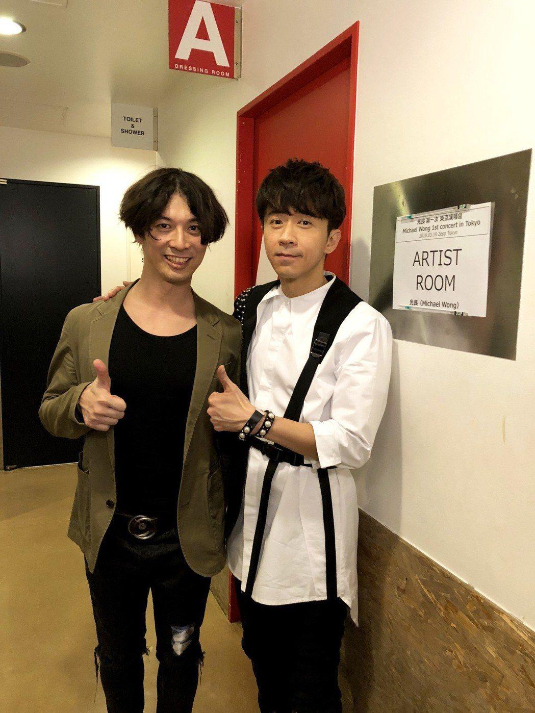 「童話」編曲人中村太一(左)到場看光良演唱會。圖/星娛音樂提供