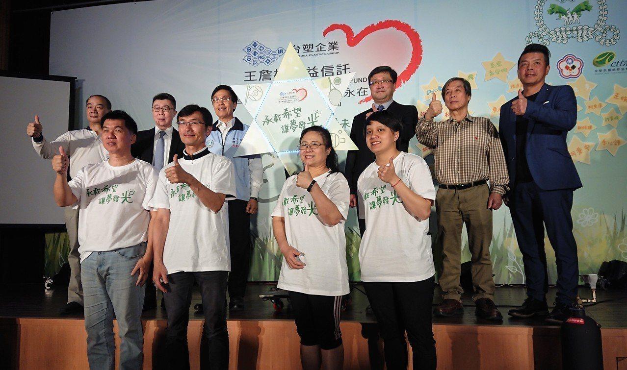 林學宜(前排左一)。記者吳思儀/攝影