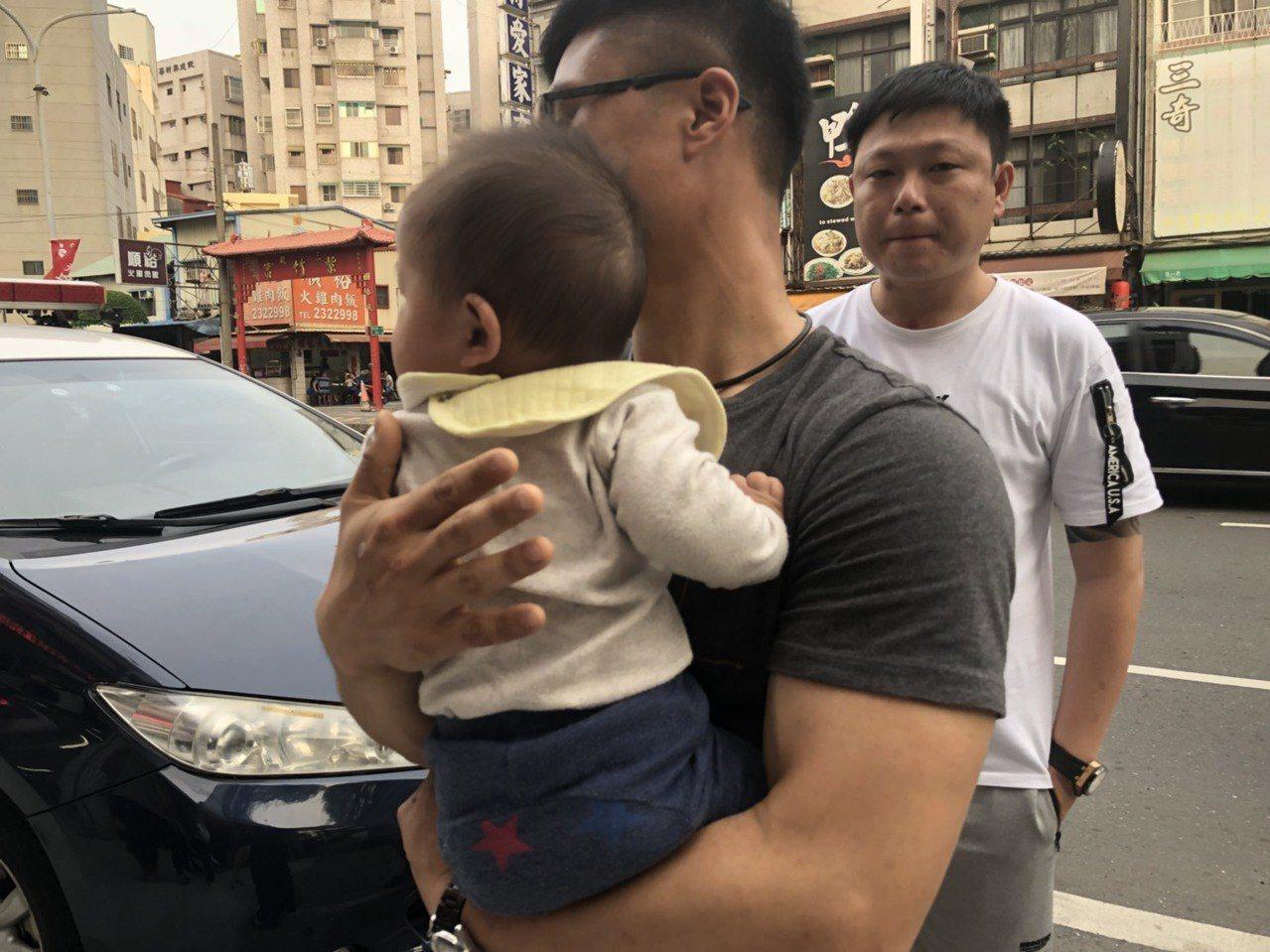 陳男當時坐駕駛座,車內有5人,他一對兒女分別為3歲女兒及8個月大兒子,幸好當時小...