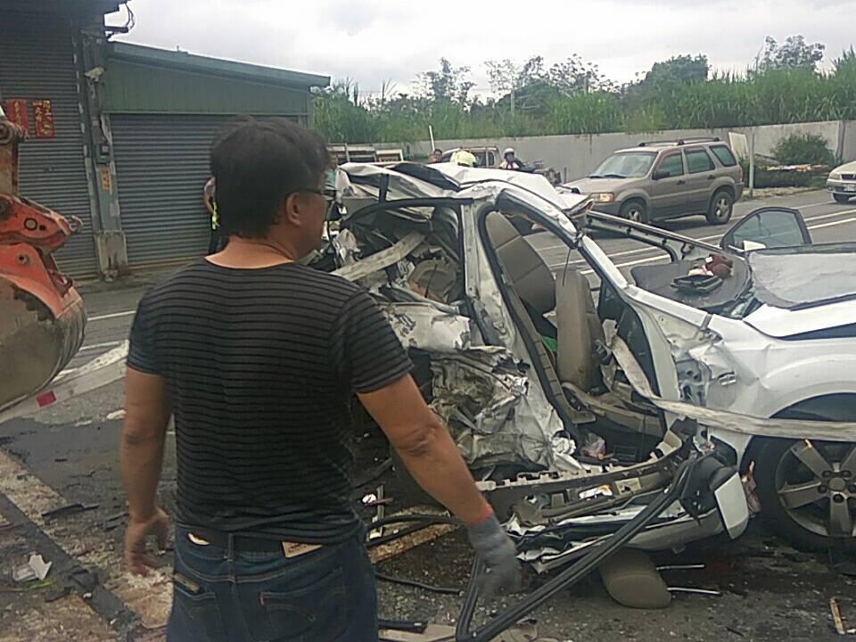 車禍現場雜物、車輛碎片散落一地。圖/消防局提供