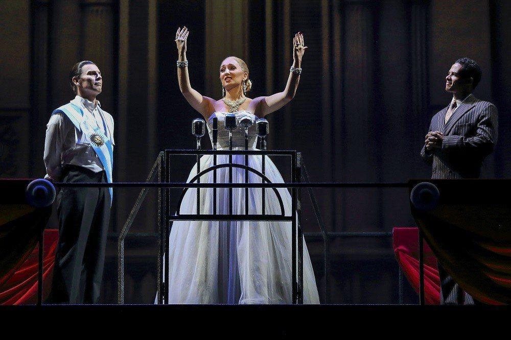 經典音樂劇「艾薇塔」將阿根廷第一夫人的傳奇搬上舞台。圖/寬宏藝術提供